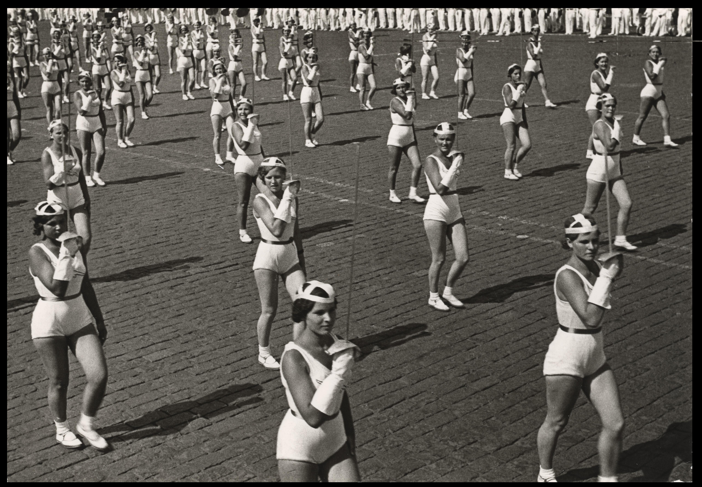 """rodchenko """"Revolución en la mirada"""" Rodchenko fotógrafo Desfile de floretistas    Aleksandr Rodchenko"""