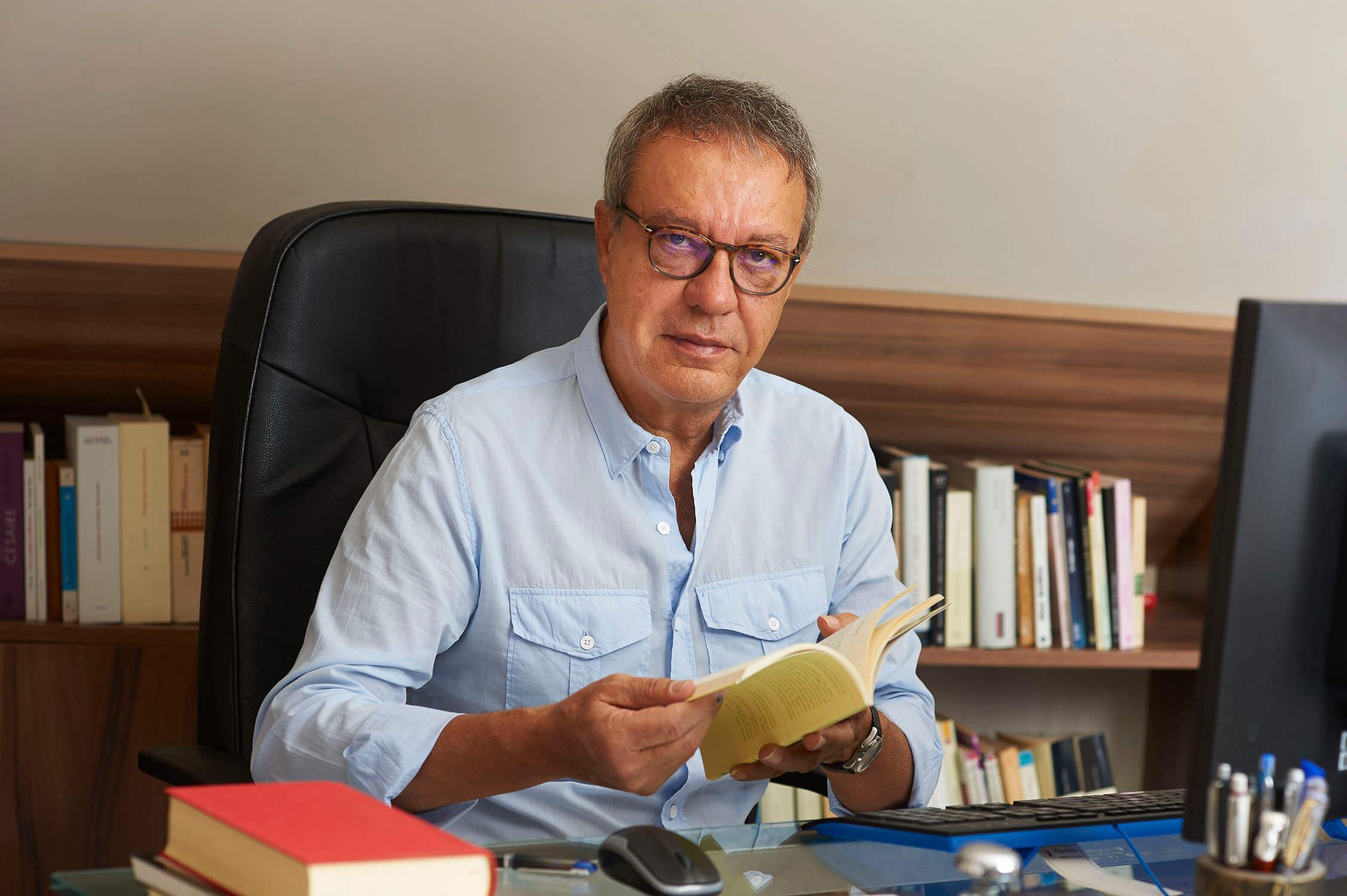 """Manuel Juliá - Manuel Julia - Manuel Juliá: """"Quiero que la mía sea poesía de la vida, por eso escribo tanto sobre la muerte""""."""